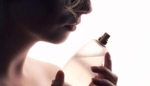 como fixar perfume na pele?